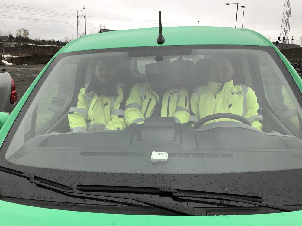 Tre solide Veflen-medarbeider tester ut elbilen.