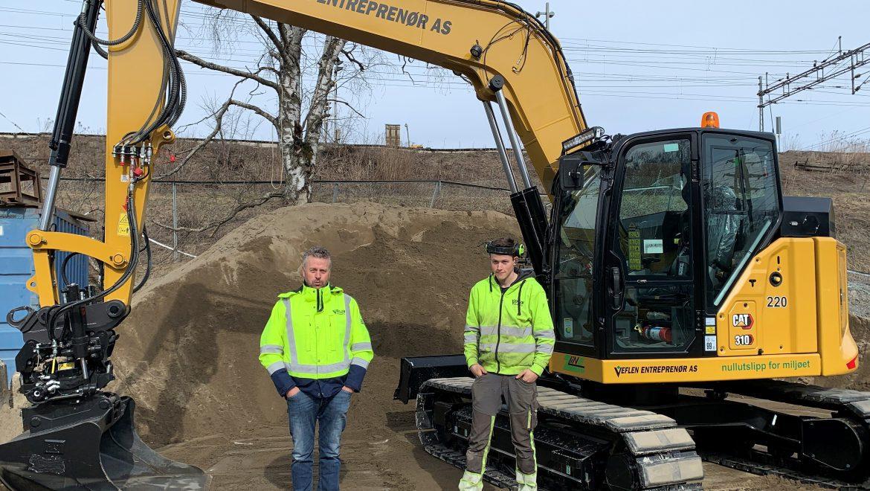 Kjetil Hansen og Tomas Votruba foran elektrisk gravemaskin